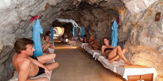Besucher auf Liegen in der Grotte