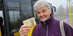 Ältere Frau mit Seniorenfahrschein der BVG