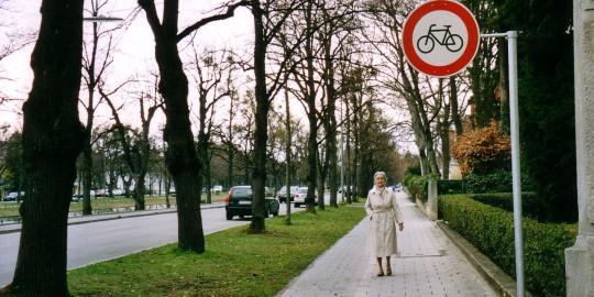 Ältere Frau auf einem Gehweg