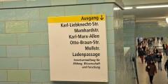 Informationsschild im Berliner U-Bahnhof