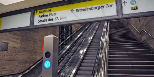 Informationsschilder im Berliner U-Bahnhof