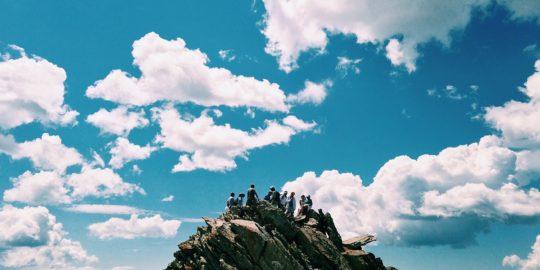 Menschengruppe auf Bergkuppe