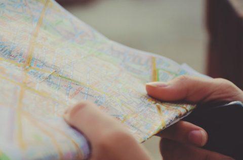 Stadtkarte in Händen