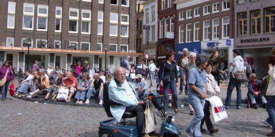 Senior im Scooter in der Altstadt von Bremen